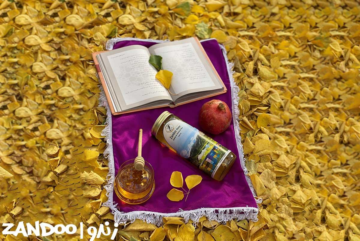 عسل پنبه در کنار برگهای پاییزی