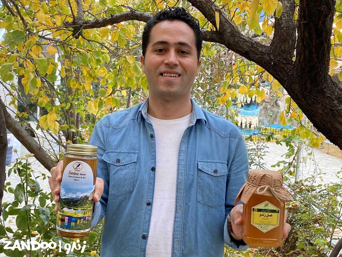 مدیر زندو عسل در دست