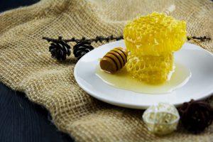 عسل گل سنگ تهیه شده از شهد شکوفه های گل سنگ