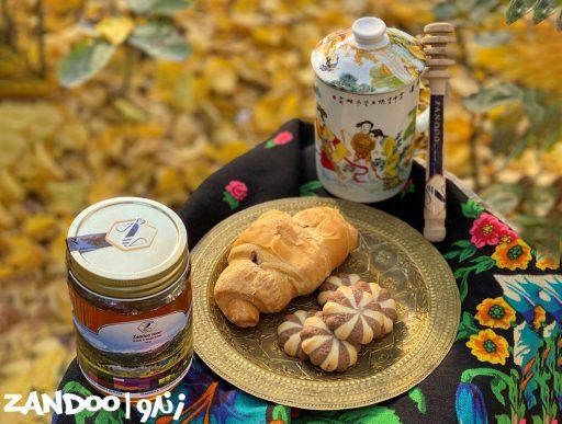 سفره زیبا در طبیعت مراه با عسل و نان و بیسکوییت
